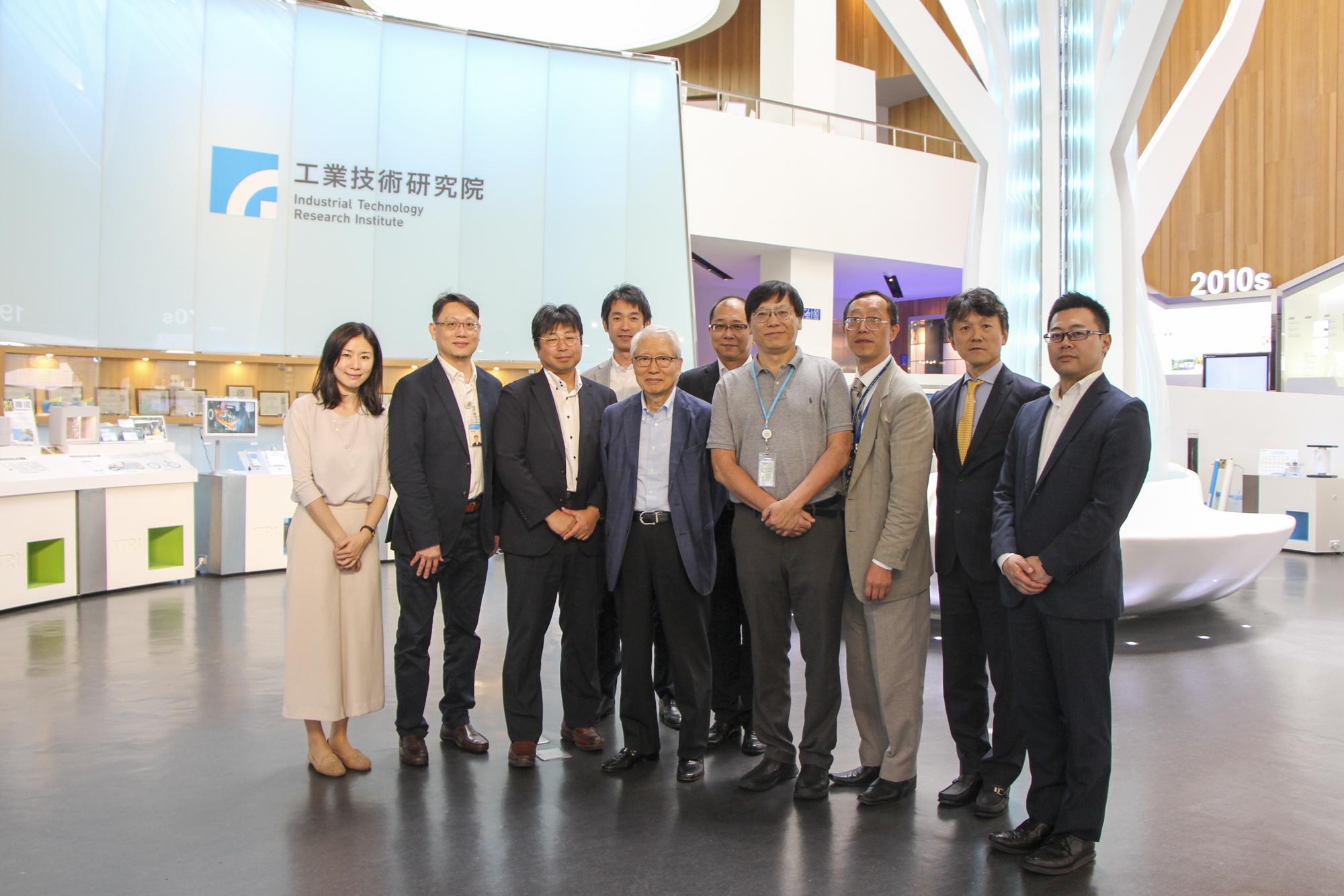 ITRIショールームで熊谷先生、ITRI 研究員、富士通株式会社第二ヘルスケアソリューション事業部の面々