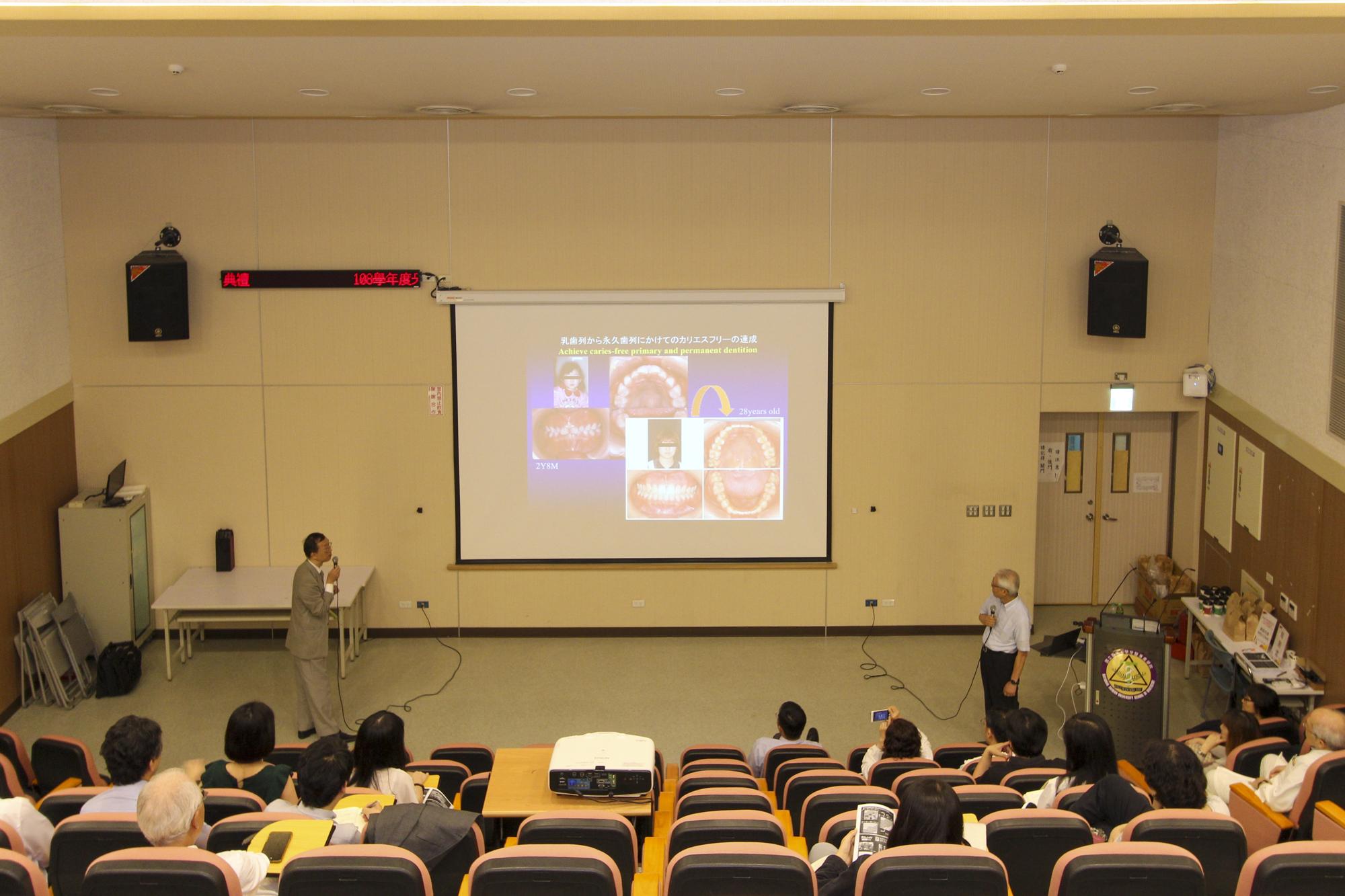 国立台湾大学牙医専業学院第八講堂にて大学病院院長はじめ勤務歯科医師と学生に演題「Creation of new value / Innovation of Dental Treatment」を講義する熊谷先生