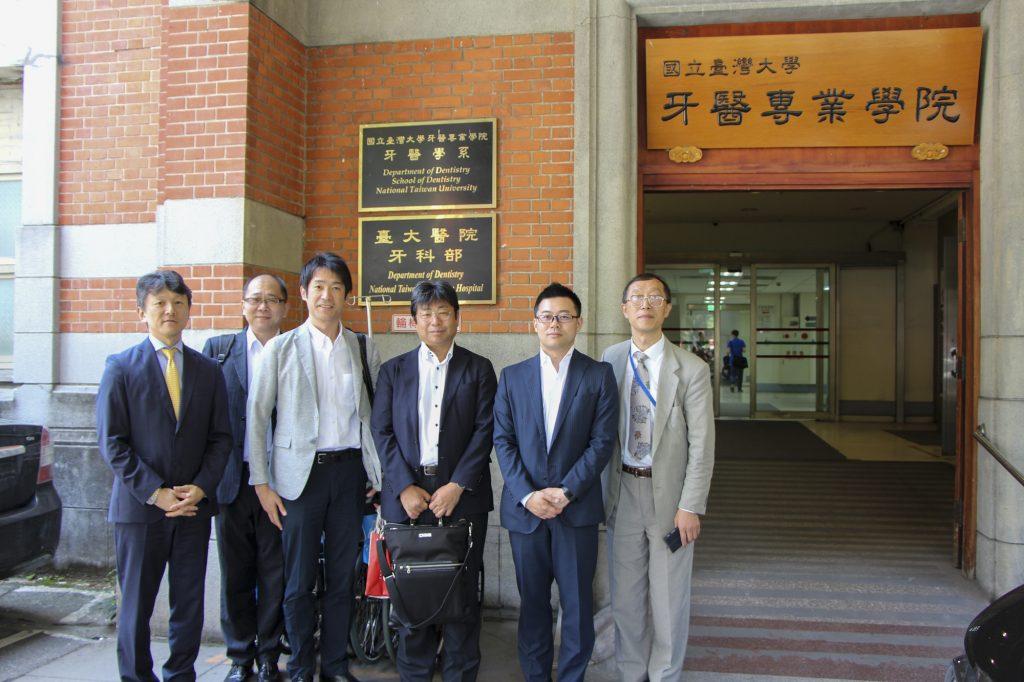 国立台湾大学病院 病練前で富士通株式会社第二ヘルスケアソリューション事業部の同行メンバー